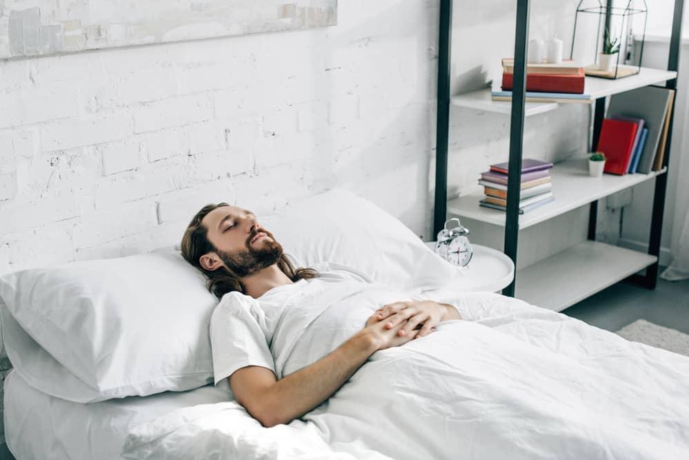 Mand sover godt og længe